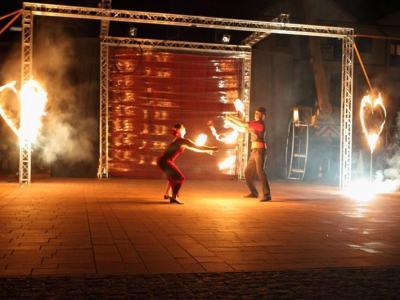 spektakl - Ja gore - aktorzy w tańcu z ogniem