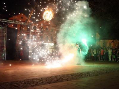 tancerz w chmurze kolorowych ogni i rozbłysków świetlnych