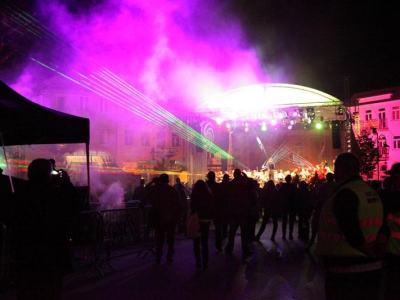 scena koncertowa roświetlona kolorami i światłami laserów