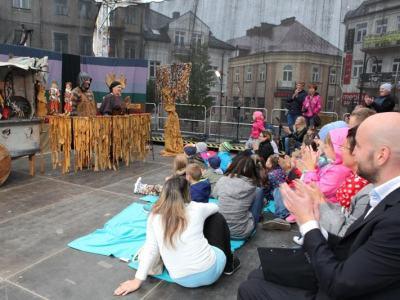 Teatr dla dzieci i dorosłych, na zdjeciu aktorzy i publiczność