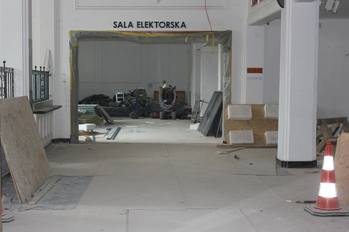duży hol w trakcie prac remontowych
