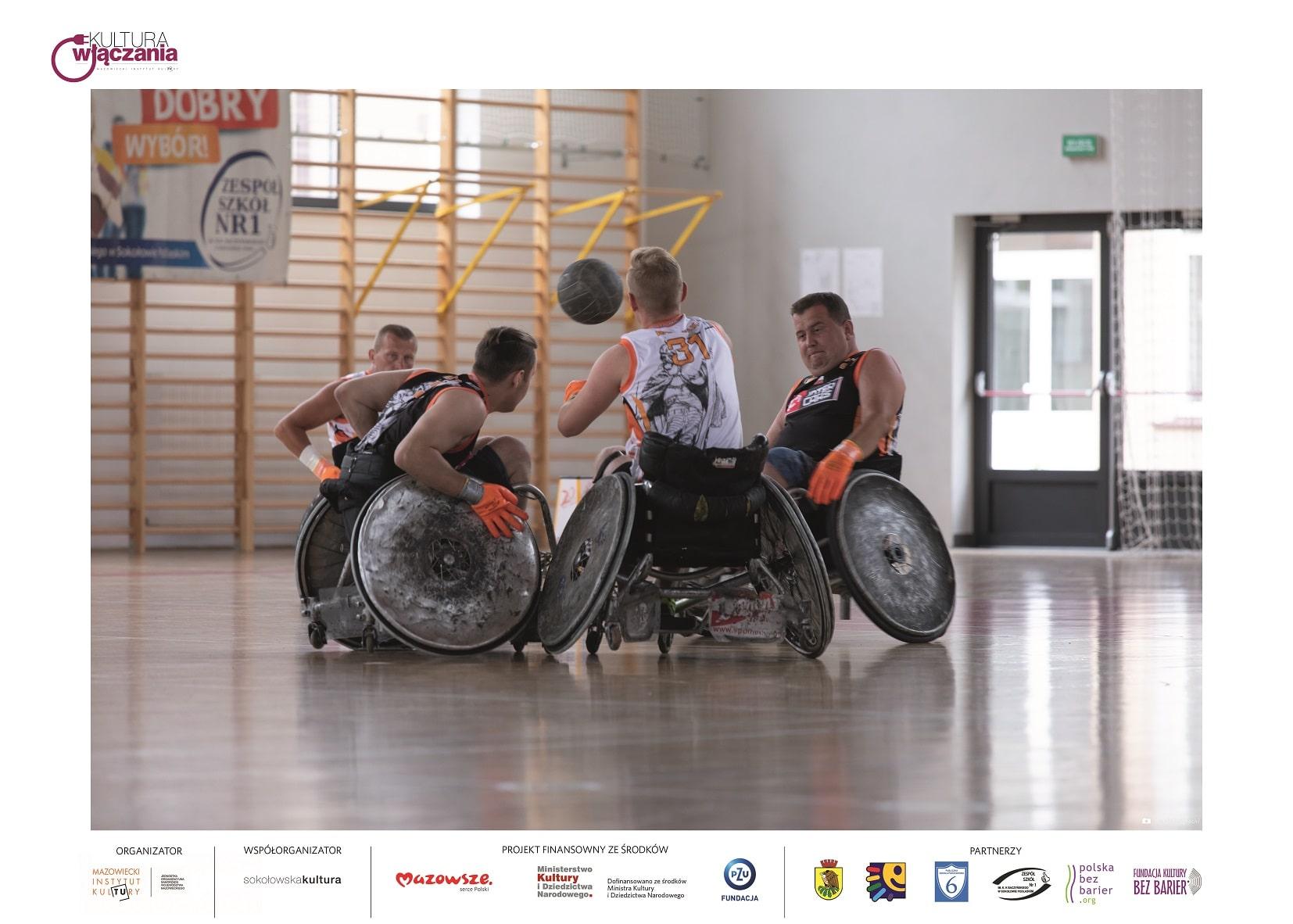 mężczyźni na wózkach inwalidzkich na sali gimnastycznej