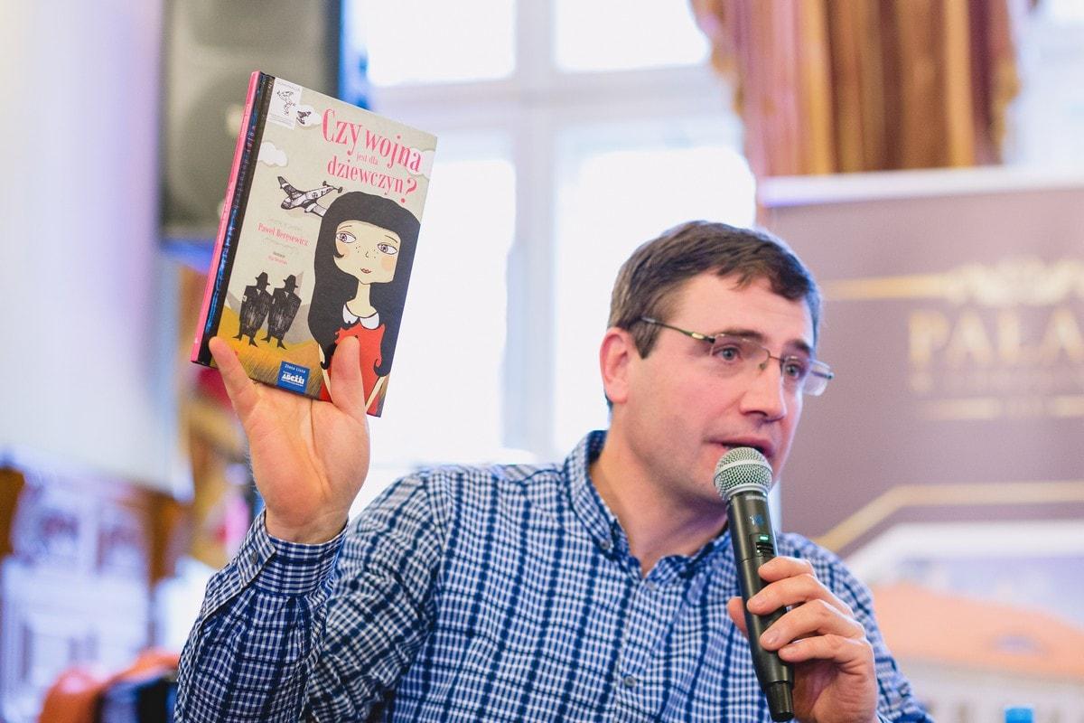Paweł Beręsewicz trzyma w dłoni książkę Fot. Andrzej Kocuba