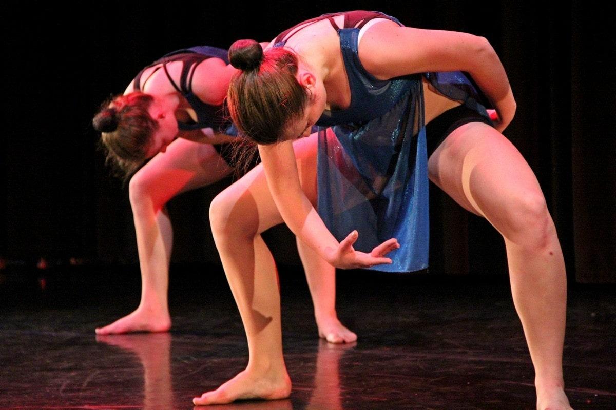 dwie tancerki pochylone