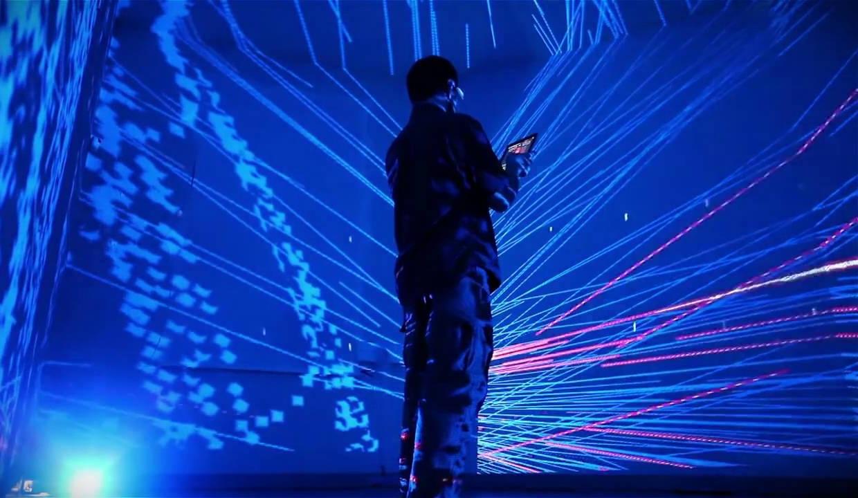 mężczyzna stojący w poświacie światła laserowego