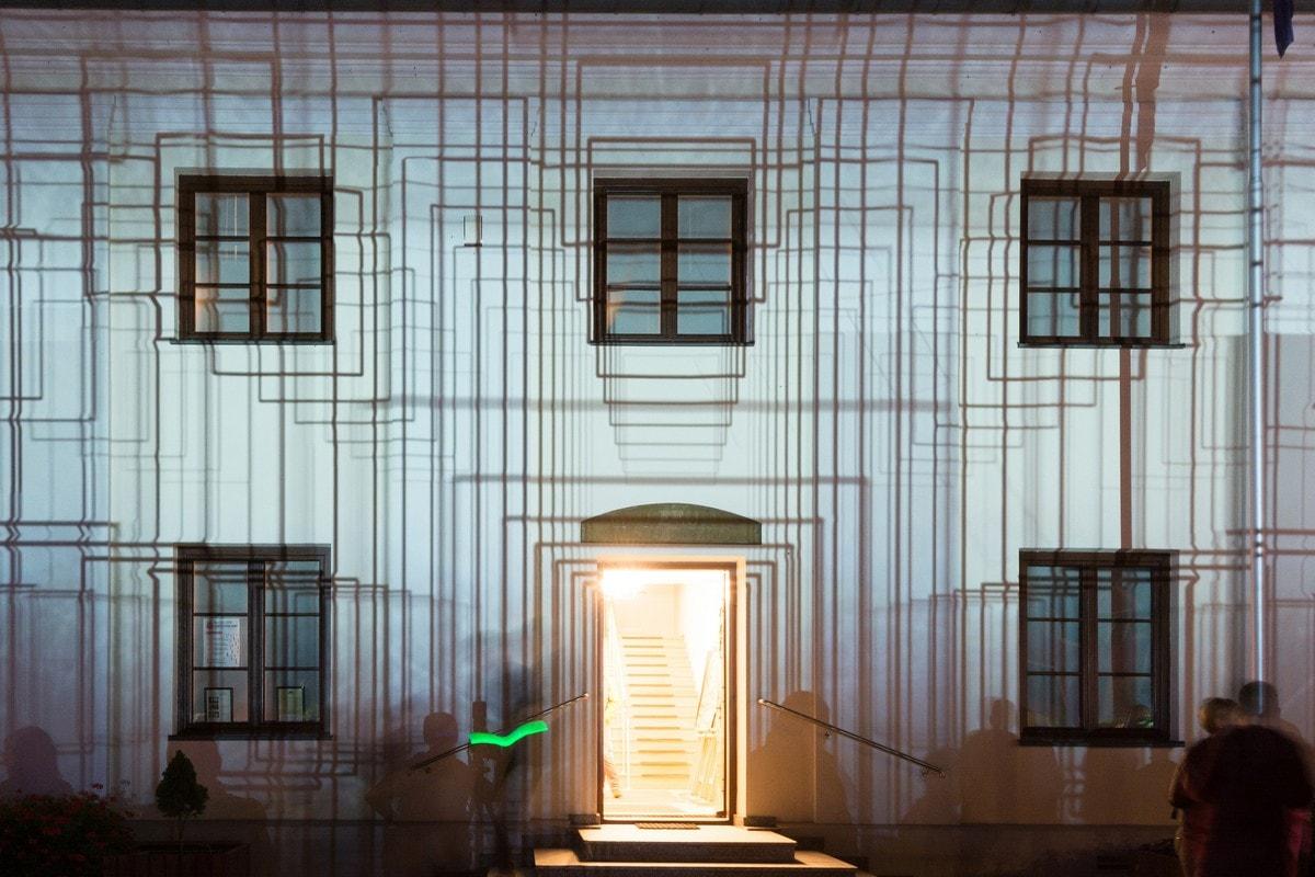 budynek muzeum oświetlony laserami