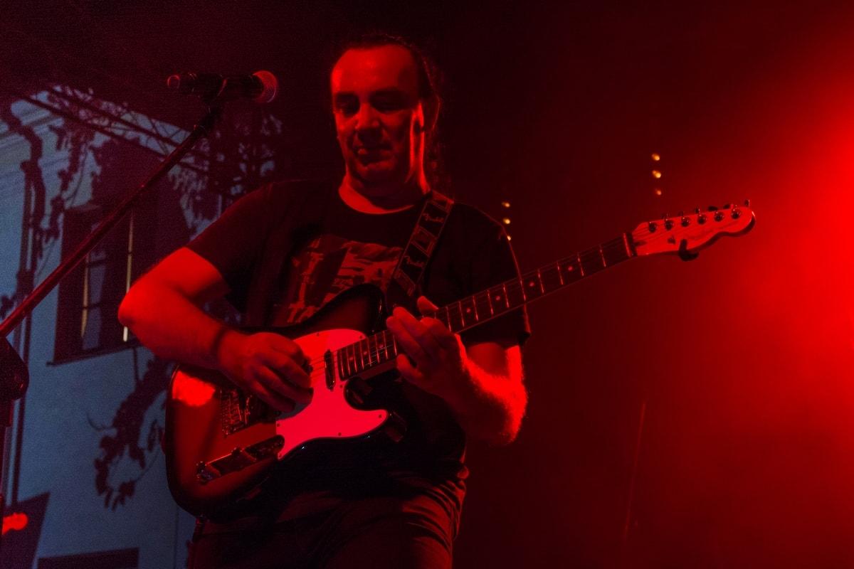 gitarzysta grający