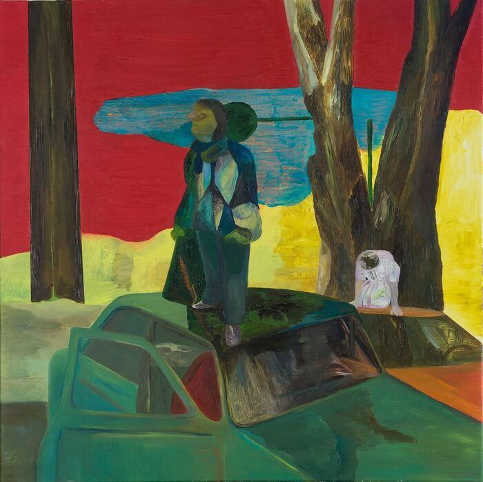 jedna lub dwie postacie ludzkie stojące na dachu samochodu osobowego, wśród drzew, barwne tło