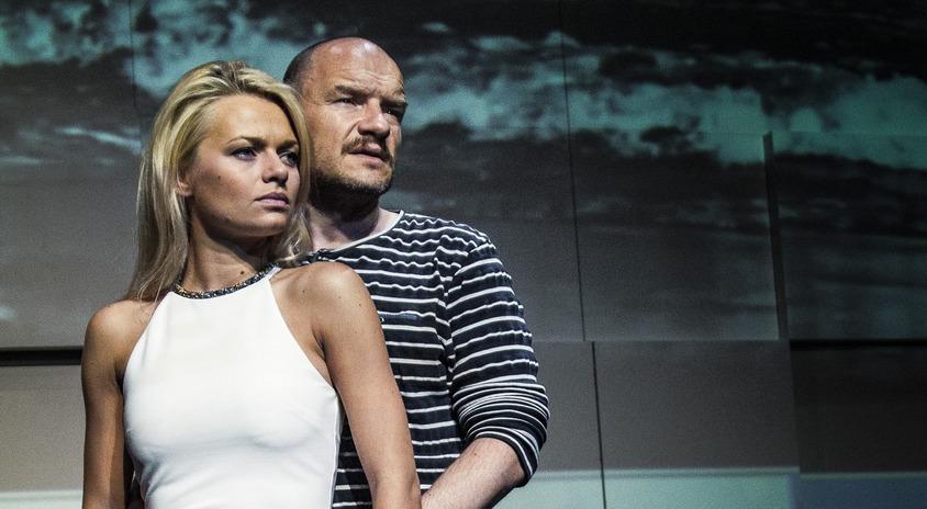 kobieta i mężczyzna - Emilia Komarnicka-Klynstra i Redbad Klynstra-Komarnicki -stoją blisko siebie