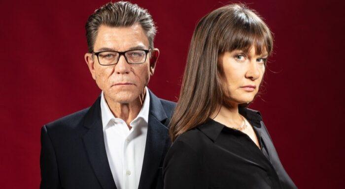 mężczyzna i kobieta stoją obok siebie, na czerwonym tle