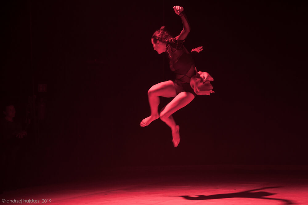 tancerka w powietrzu podczas wyskoku