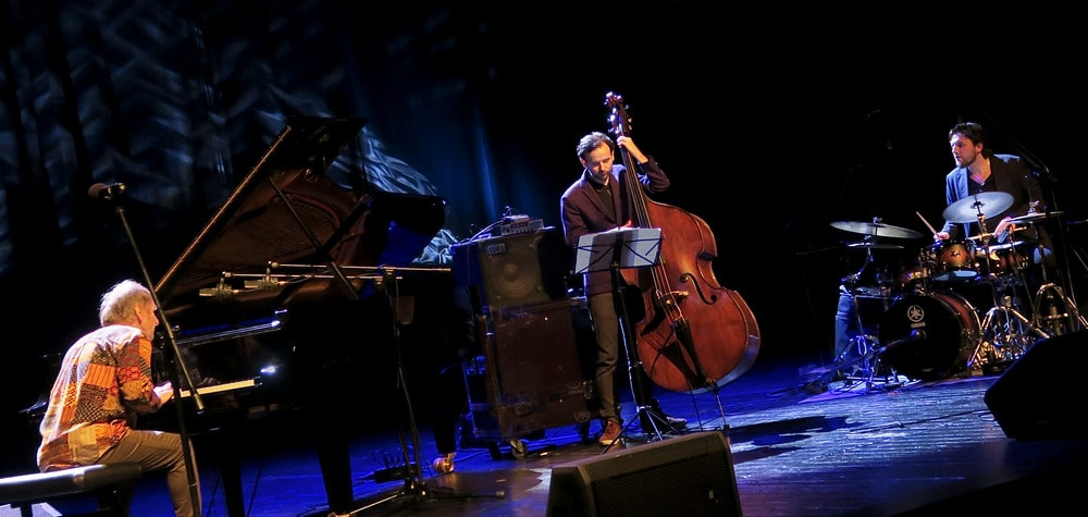 trzech muzyków na scenie pianista, perkusista i basista - trio artura dutkiewicza