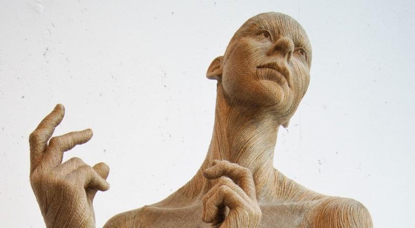 fotografia: fragment rzeźby kobiety z uniesionymi rękoma