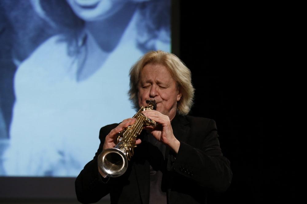 fotografia Leszek Żądło gra na saksofonie sopranowym