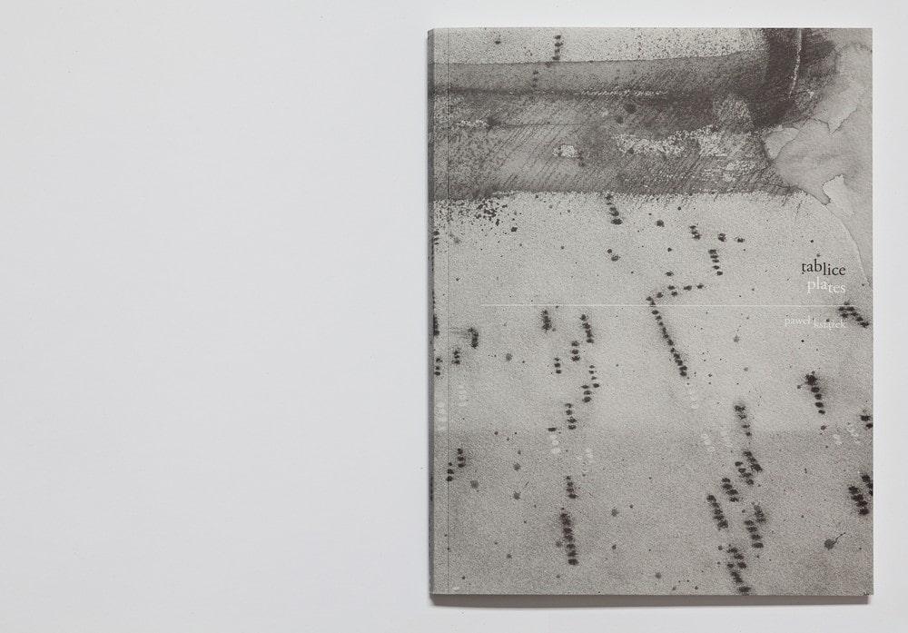 fotografia okładki książki zatytułowanej Tablice. szara okładka