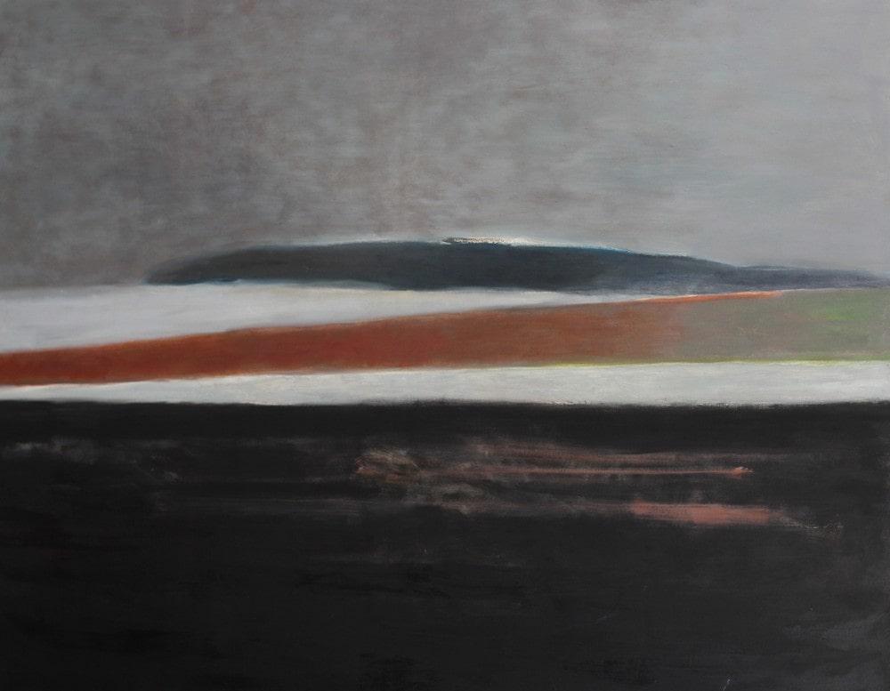 obraz: pejzaż, w oddali wzgórze przedstawione w formie ukośnych pasów w kolorach bieli, brązu i szarości. na pierwszym planie brunatne pole. na górze szare niebo