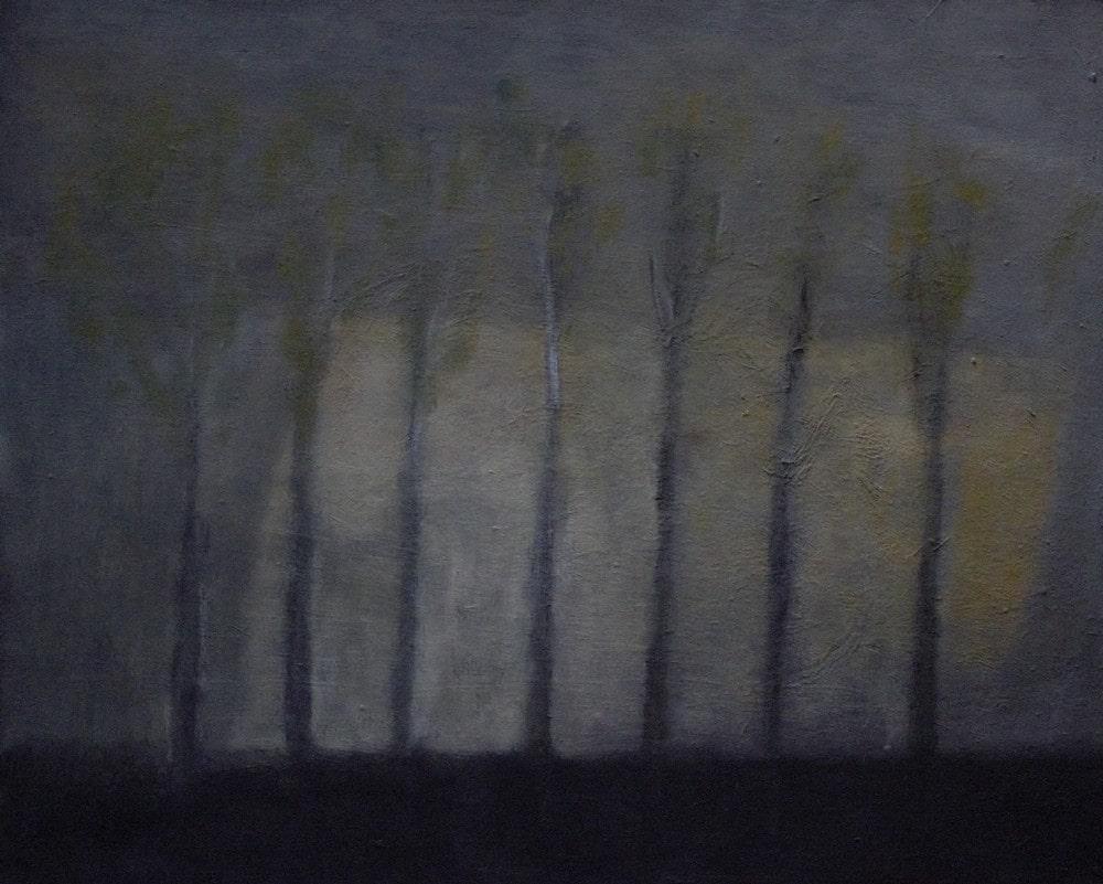 obraz: ciemne kolory, ledwo zarysowane sylwetki siedmiu drzew