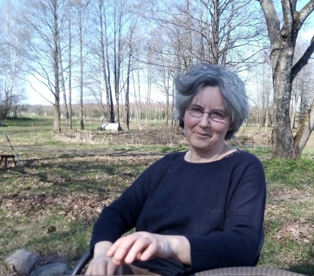 fotografia: Joanna Gołaszewska siedzi, w tle łąka z drzewami