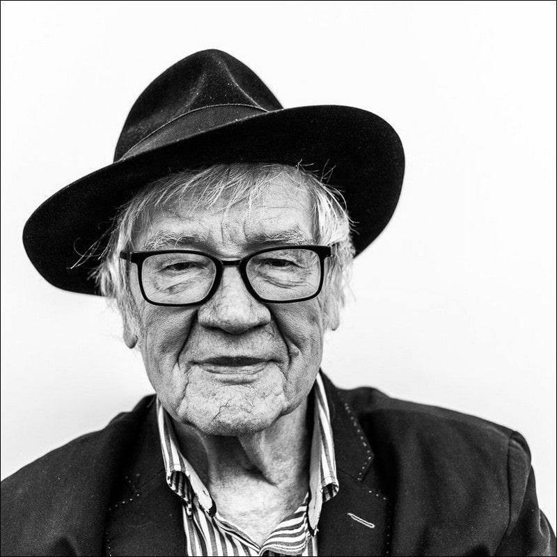 fotografia czarno biała, portret: starszy mężczyzna kapeluszu i okularach