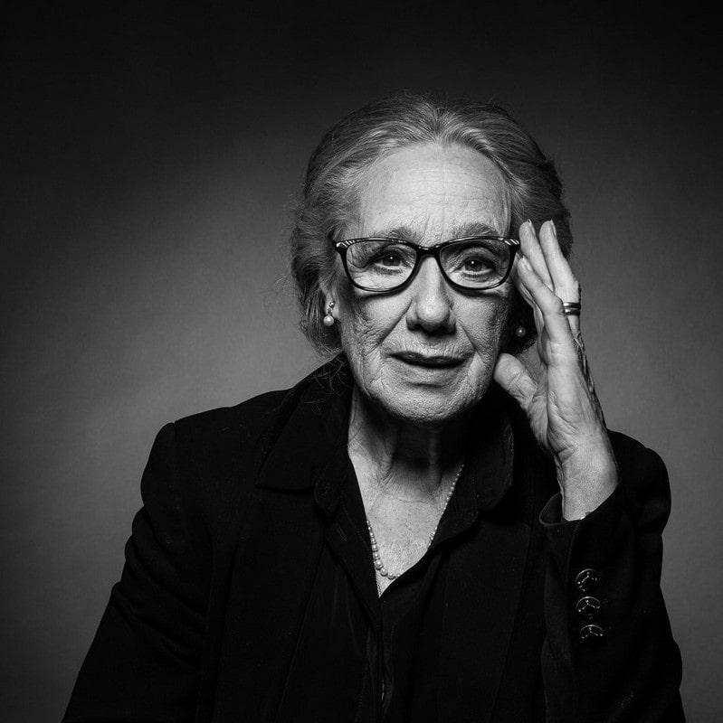 fotografia czarno biała Maja Komorowska portret, patrzy prosto w obiektyw trzyma rękę przy głowie