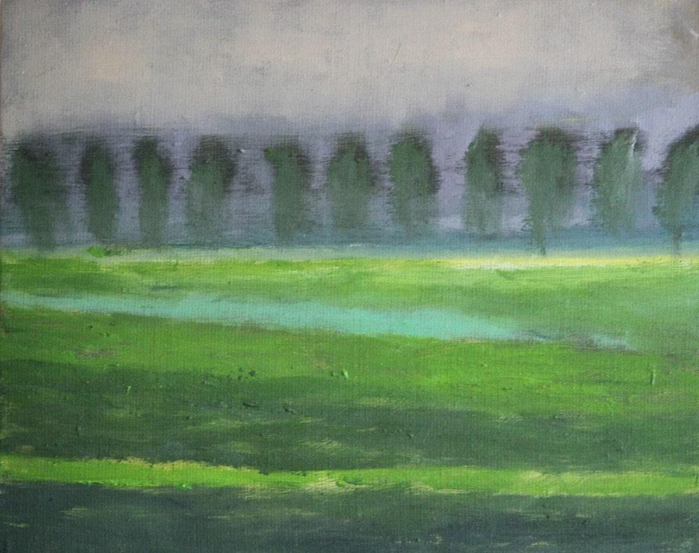 obraz: pejzaż, zielona łąka, w oddali drzewa, nad nimi szare niebo