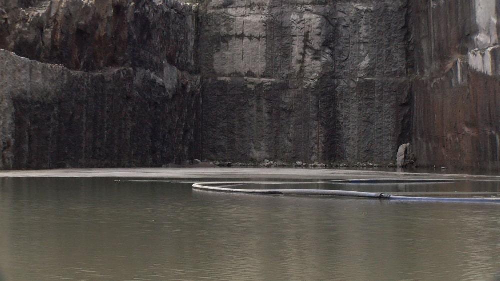 fotografia: wyrobisko granitu zalane wodą