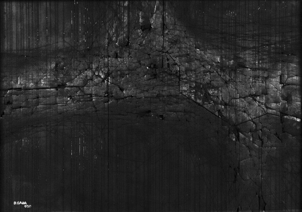 fotografia: czarna zwęglona powierzchnia drewna
