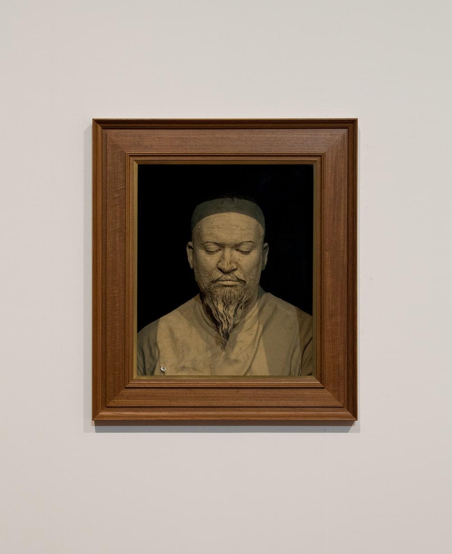 portret przedstawiający azjatę z przymkniętymi oczami