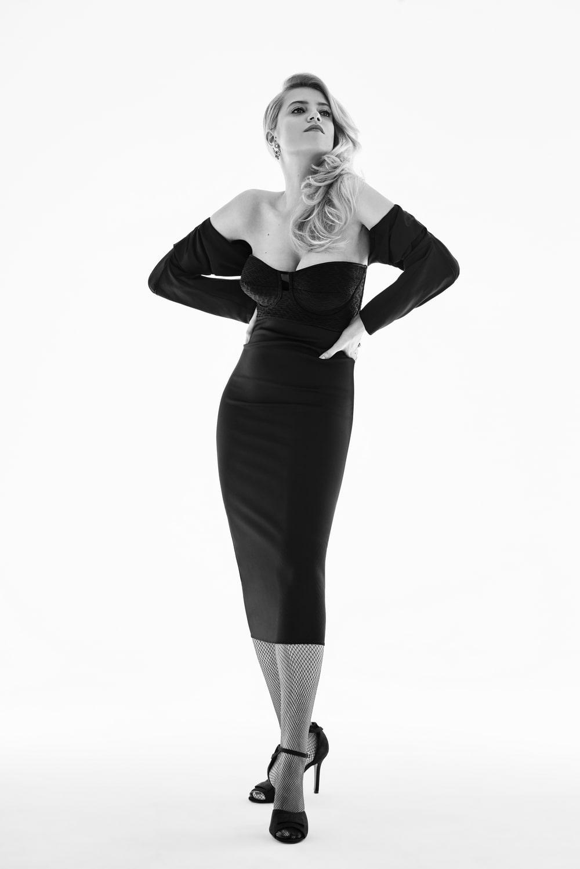 Fotografia: Sasha Strunin stoi w czarnej sukni