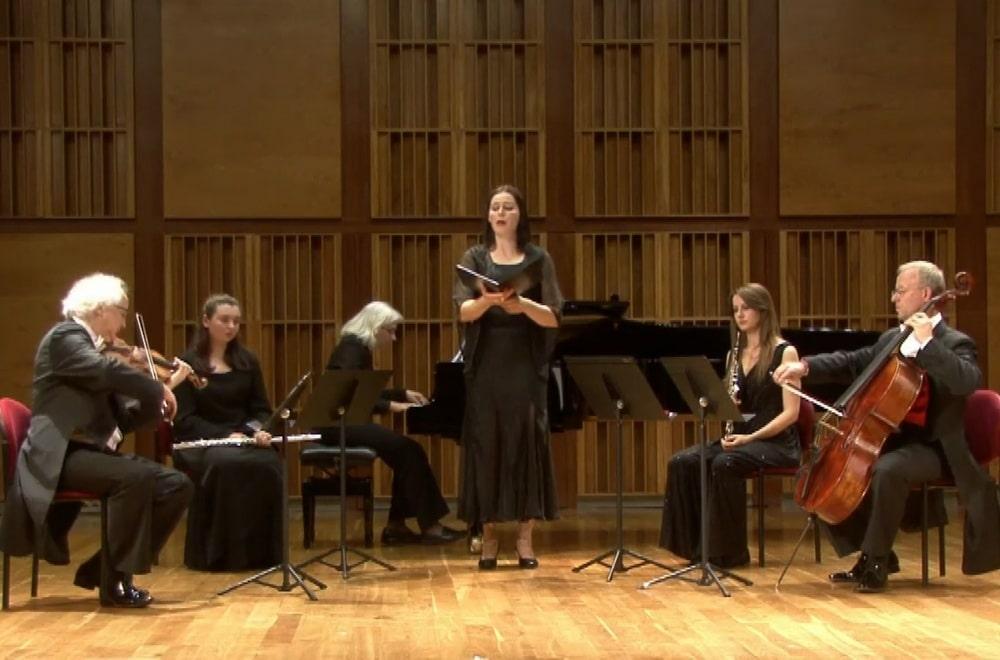 fotografia: sześcioro muzyków, kobiety i mężczyźni, grają na instrumentach