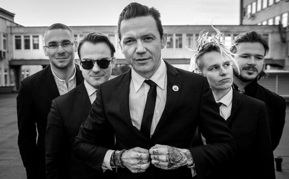 fotografia czarno biała: pięć osób stojących na wprost