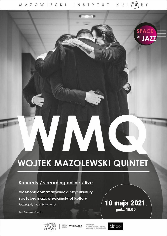plakat: czarno biała fotografia, trzech mężczyzn obejmujących się, trzymających pochylone głowy, napis wojtek mazolewski quintet