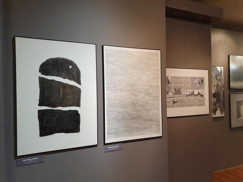 fotografia: trzy prace wiszące na ścianie galerii