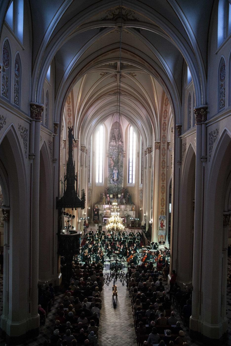 fotografia: monumentalne wnętrze kościoła w Nasielsku