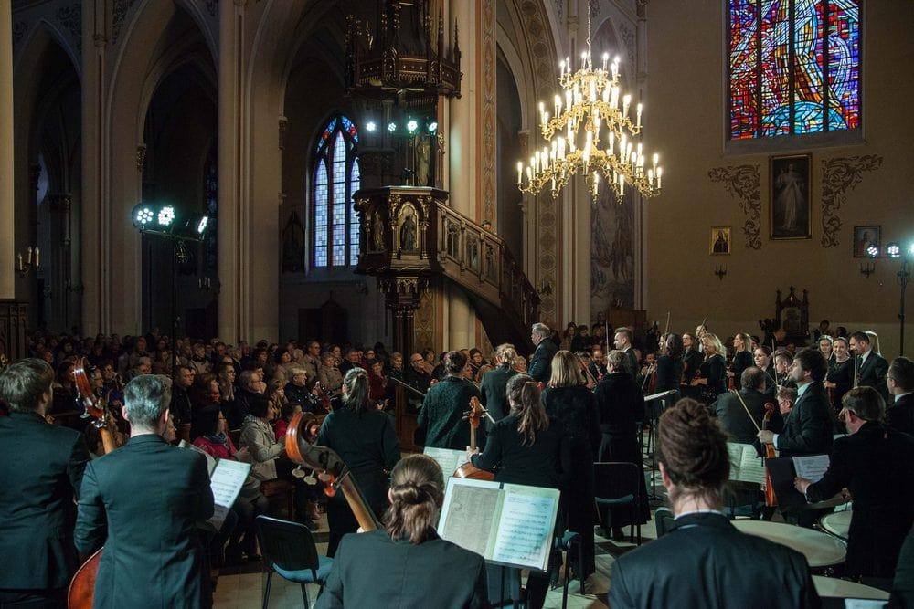 fotografia:  orkiestra symfoniczna i dyrygent