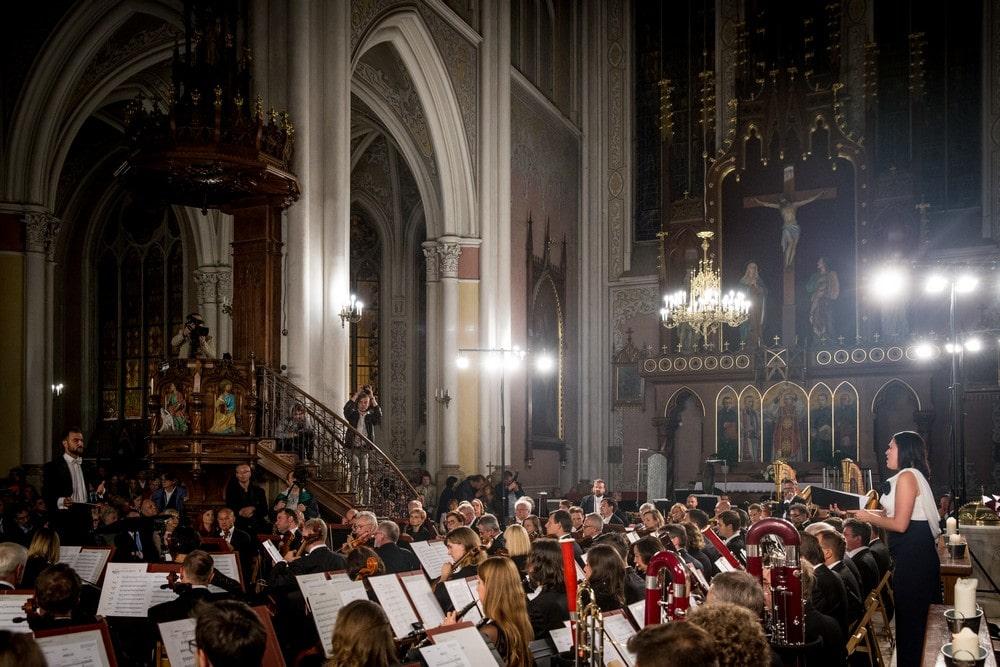 orkiestra symfoniczna we wnętrzu katedry w radomiu