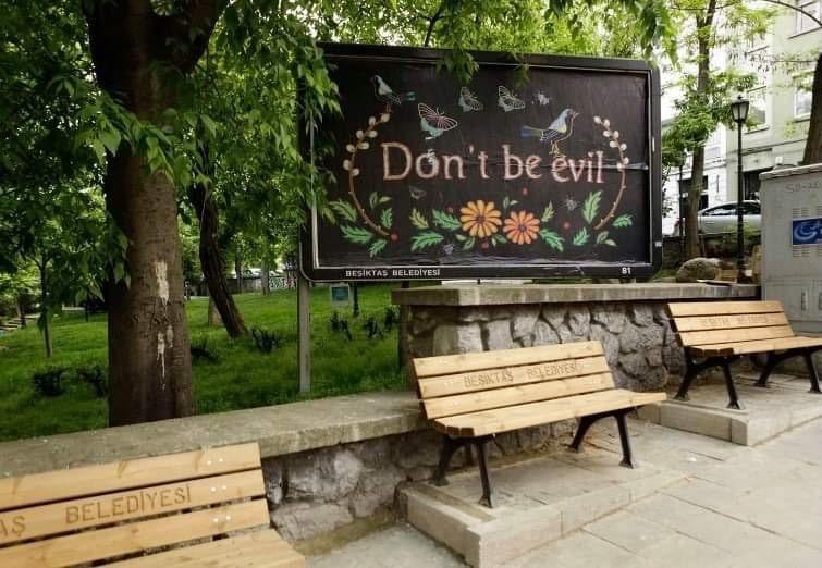 fotografia bilbord z napisem dont be evil. autor pracy Monika Drożynska, wystawa Galeria Foksal