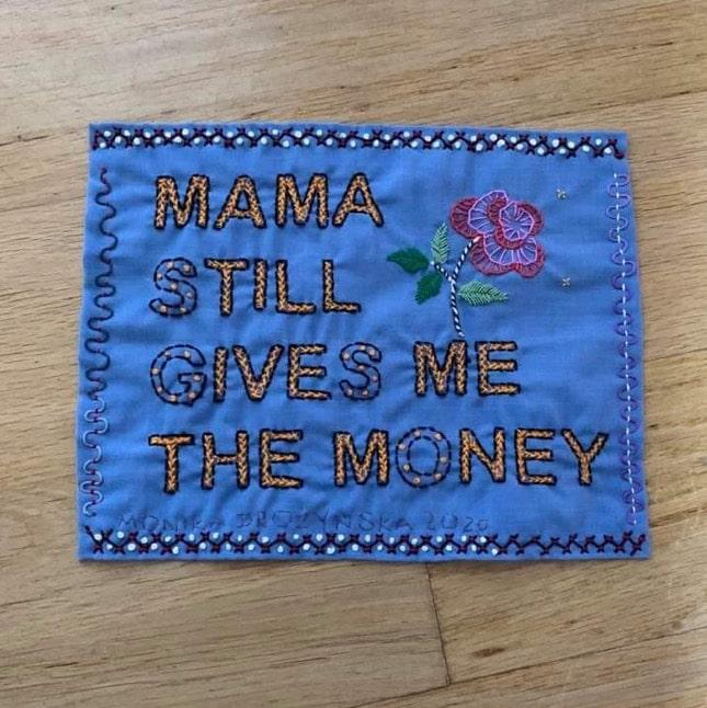 fotografia z napisem mama still gives me the money. autor pracy Monika Drożyńska wystawa w Galeria Foksal