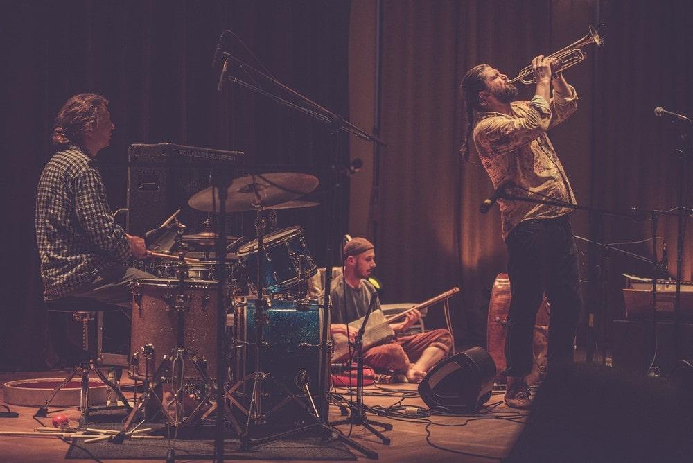 koncert zespołu Piotr Damasiewicz Into The Roots w MIKu , zespół w składzie Zbigniew kozera na kontrabasie, Piotr Damasiewicz na harmonium, Paweł Szpura na perkusji. Wydarzenie odbyło się w ramach projektu Space of Jazz.