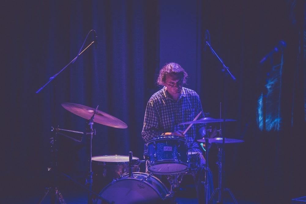 na zdjęciu perkusista Zbigniew Kozera podczas koncertu Piotr Damasiewicz Into The Roots w MIKu. Wydarzenie odbyło się w ramach projektu Space of Jazz.