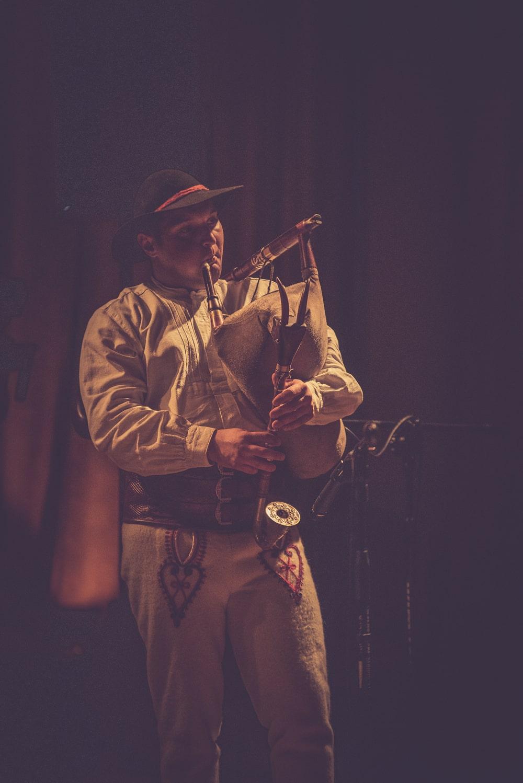 Jan Ryt gra na dudach podczas koncertu Piotr Damasiewicz Into The Roots w MIKu. Wydarzenie odbyło się w ramach projektu Space of Jazz.