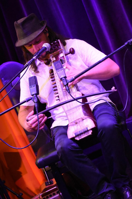 bart pałyga gra na smyczkiem na instrumencie strunowym