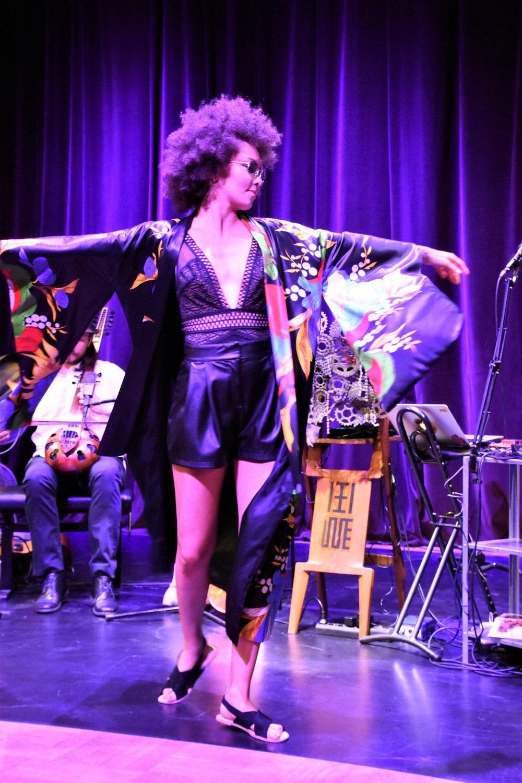 fotografia: ifi ude stoi na scenie, trzyma rozłożone ręce