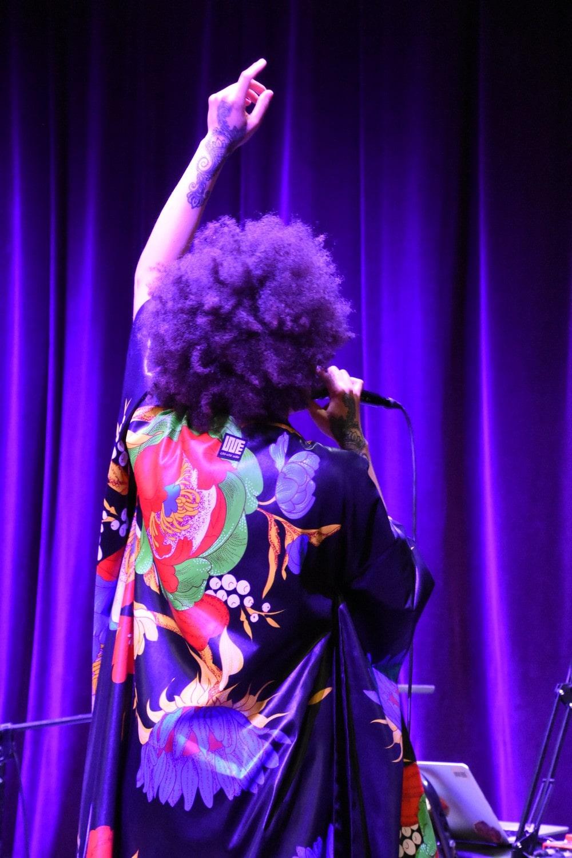fotografia: ifi ude odwrócona plecami, w kolorowej bluzie