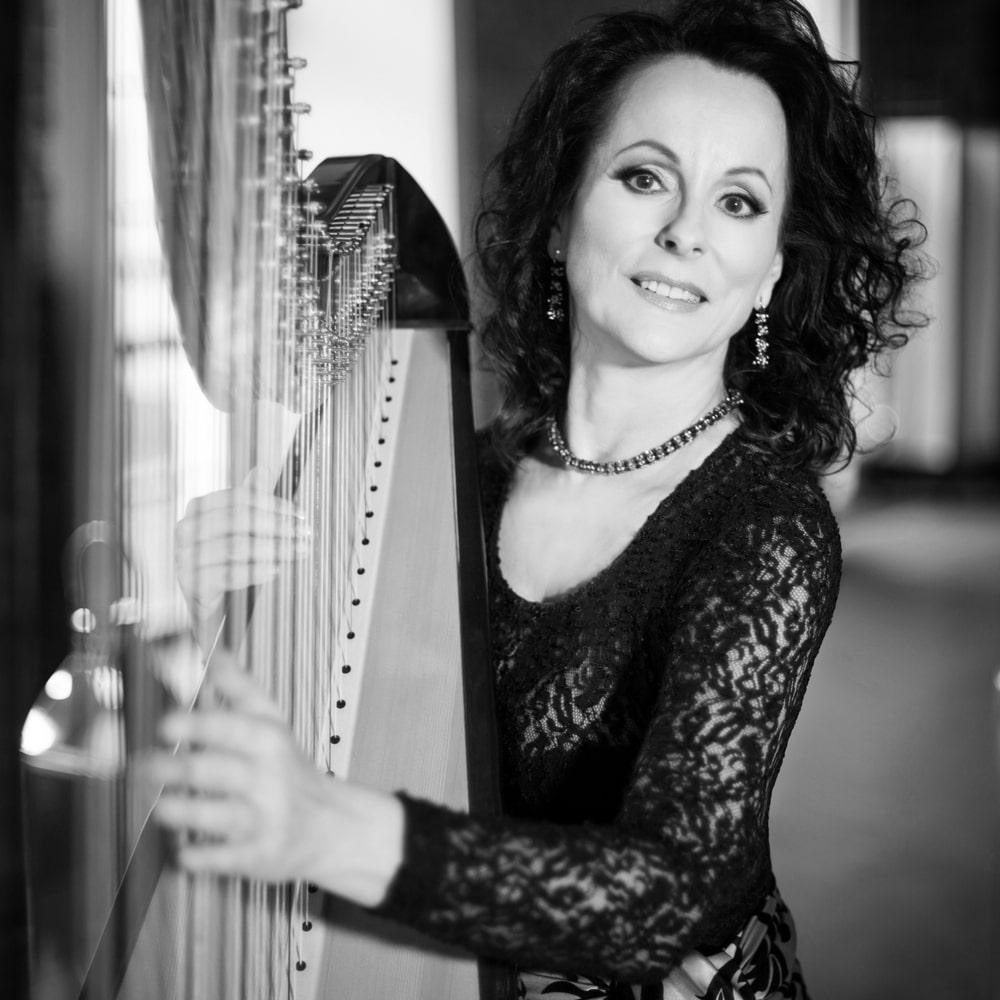 fotografia: Małgorzata Zalewska, kobieta w wieczorowej sukni grająca na harfie