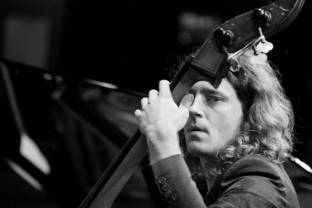fotografia: paweł pańta, muzyk, mężczyzna grający na kontrabasie