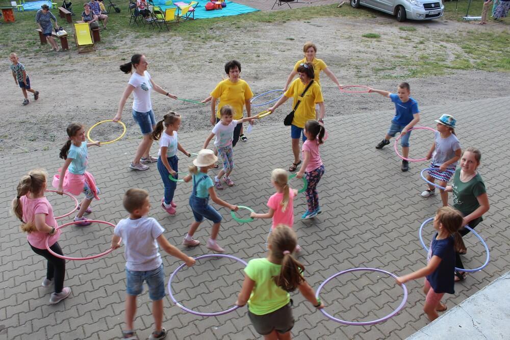 fotografia: grupa dzieci bawiących się w kręgu. Karawana Wędrujący Festiwal Sztuki i Animacji