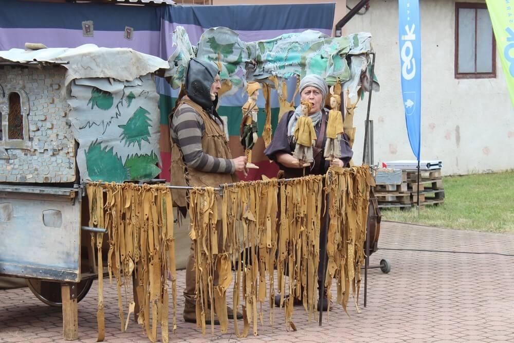 fotografia: dwoje aktorów Teatru Łątka w kostiumach podczas spektaklu Karawana Wędrujący Festiwal Sztuki i Animacji
