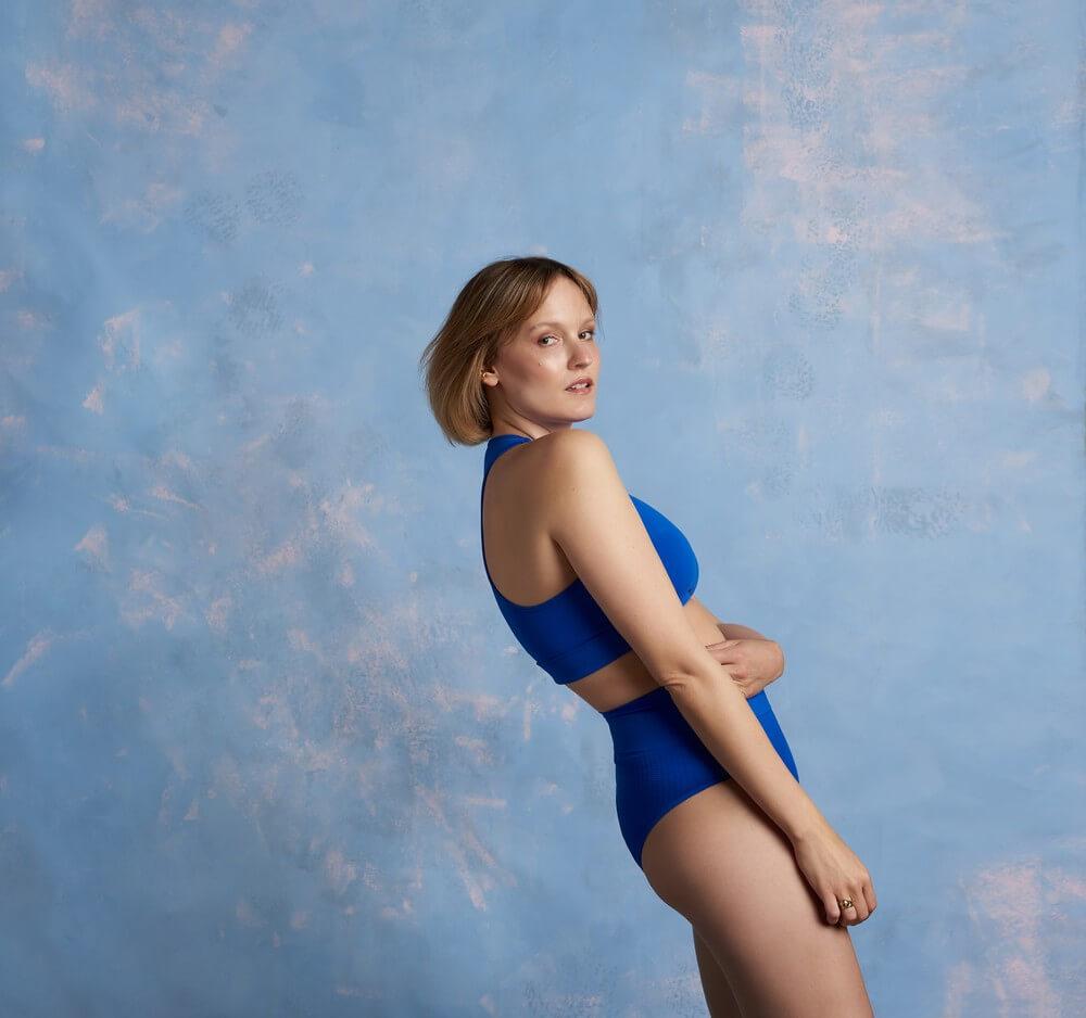 fotografia: Bovska w niebieskim kostiumie na tle niebieskiej ściany