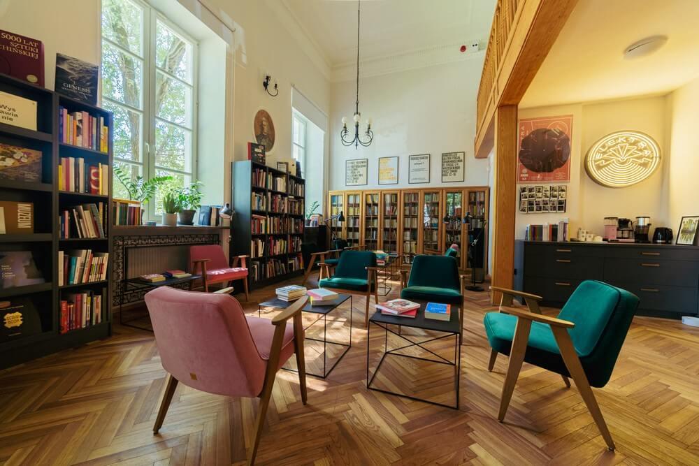 fotografia: widok na czytelnię - fotele i regały